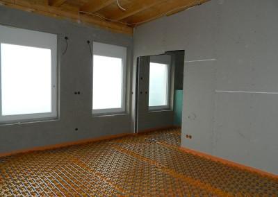 Raum mit verlegten Heizleitungen
