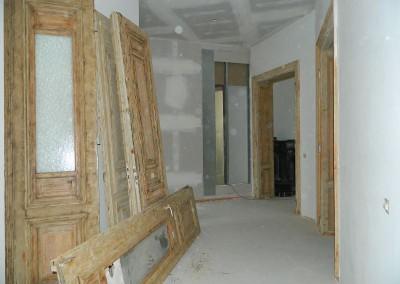 Bereitstellung der aufgearbeiteten Zimmertüren für den Maler