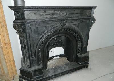 Einbau des restaurierten historischen Kamins aus der Erbauungszeit des Gebäudes