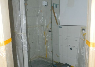 Beginn des Einbaus der Duschtrennwände