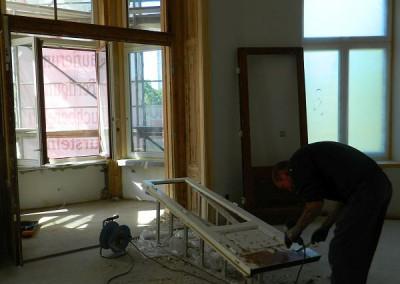 Tischler beim Aufarbeiten einer Tür