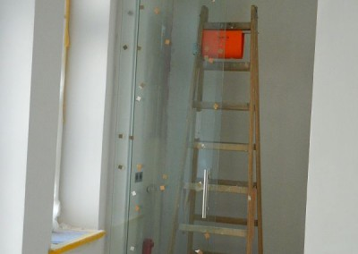 Einbau der Glastrennwand vor den Stellplatz der Waschmaschine im Küchenbereich