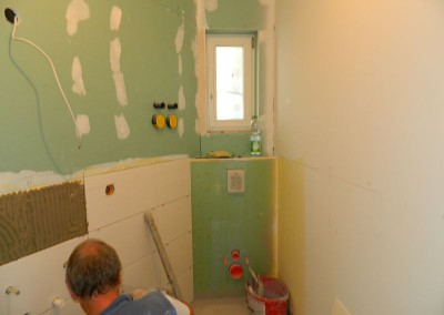 Fliesenarbeiten im Gäste-WC im Dachgeschoss