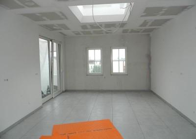 Ansicht der gefliesten Küche im Dachgeschoss