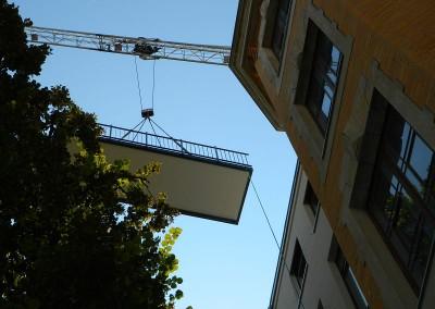 Einschweben der ersten Balkonteile
