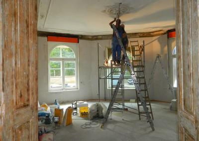 Elektriker beim Verlegen von Leitungen im Erkerzimmer