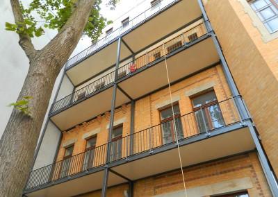 Linke Hoffassade mit neu angebrachter Balkonanlage