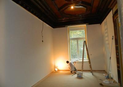 Maler bei Feinarbeiten am Fensterbrett