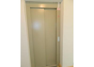 Ein Haltepunkt des Aufzuges im Treppenhaus