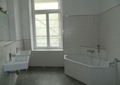 Hauptbad in einem Regelgeschoss mit Ecklösung