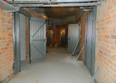 Kellermittelgang mit neu eingebauten Abteiltüren
