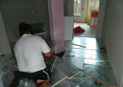 Handwerker beim Verlegen des Dämmaterials