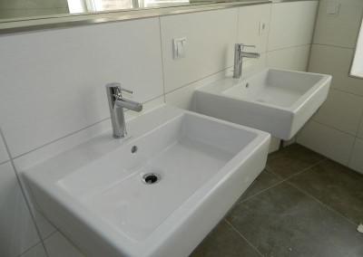 Doppelwaschtisch in einem Hauptbad des Regelgeschosses