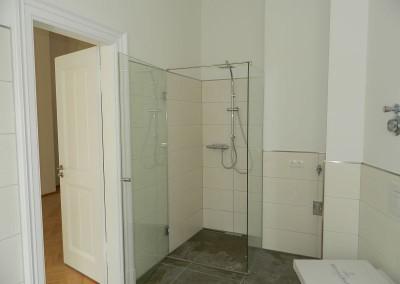 Dusche im Hauptbad mit Waschmaschinenanschluss