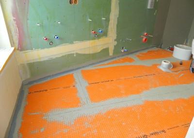 Beginn der Fliesenarbeiten im Hauptbad einer Dachgeschosswohnung