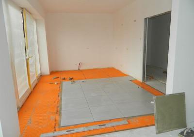 Fliesenarbeiten in der Wohnküche einer Dachgeschosswohnung
