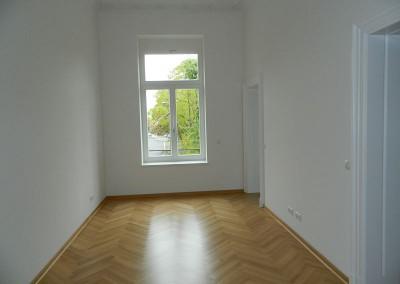 Schlafzimmer mit direktem Zugang zum Hauptbad und der Ankleide in einer Regelgeschosswohnung
