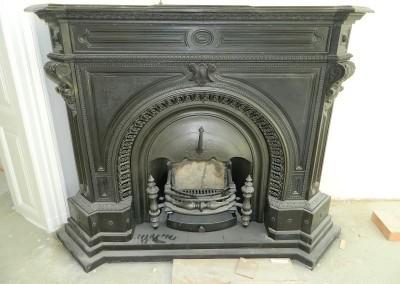 Ansicht des eingebauten und funktionsfähigen Kamins aus der Erbauungszeit