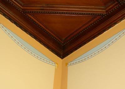 Restaurationsmalerei an einer Treppenuntersicht