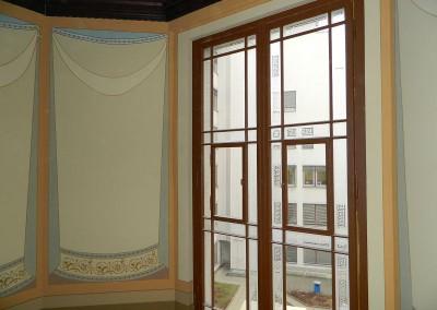 Zwischenpodest mit aufgearbeiteten Treppenhausfenstern