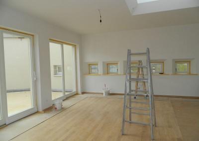 Feinarbeiten des Malergewerkes im Fensterbereich