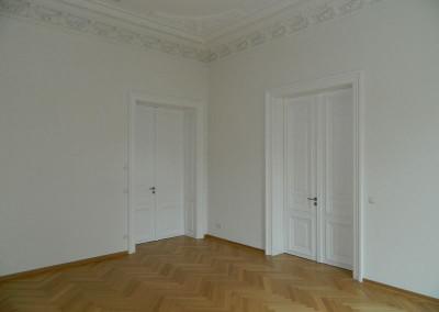 Wohnraum mit Stuck und historischen Kassettentüren