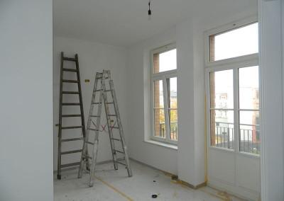 Malerarbeiten in einer Küche in einem Regelgeschoss