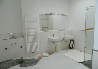 Komplettierungsarbeiten in einem Bad im Dachgeschoss