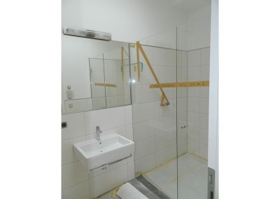 Einbau der Duschabtrennungen