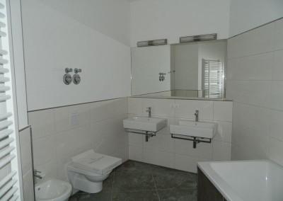 Bad in einer Regelgeschosswohnung vor Feinreinigung
