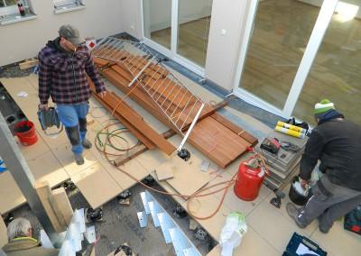 Schlosser beim Aufbau der Galerie im Atrium
